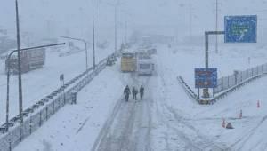TEM Otoyolu kar nedeniyle trafiğe kapandı